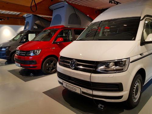 Ausstellungsfahrzeuge mit verschiedenen Ausbauten