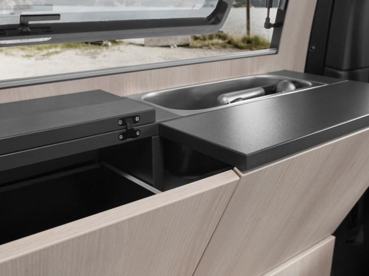 Reisemobil mit Tisch und Spüle