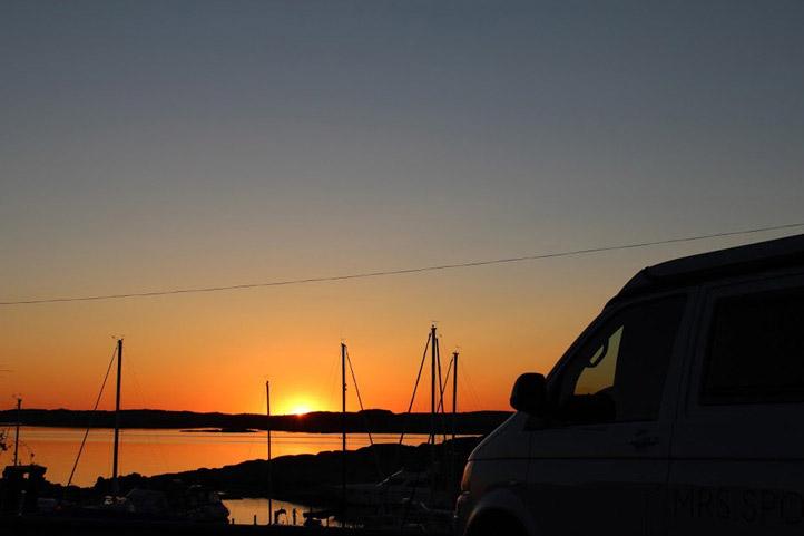Sonnenuntergang mit VW-Bus